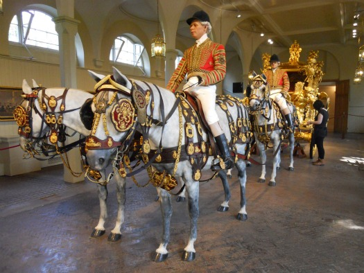 london-perfect-vacation-rentals-buckingham-palace-royal-mews-gold-state-coach