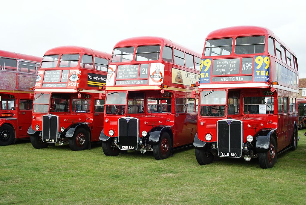 1024px-london_transport_buses_rt4139_28luc_488292c_rt2293_28kgu_32229_26_rt3251_28llu_610292c_2009_canvey_island_bus_rally
